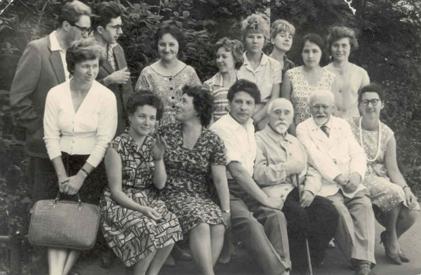 1964 год. Сергей Сергеевич Аверинцев - второй в заднем ряду. Наталья Петровна Зембатова - третья в заднем ряду (справа налево). Фото: ibrarius-narod.ru