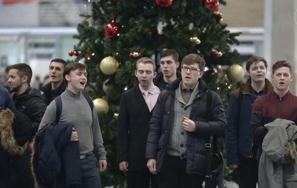 Петербургские семинаристы спели «Тихая ночь» в Пулково (+ видео)