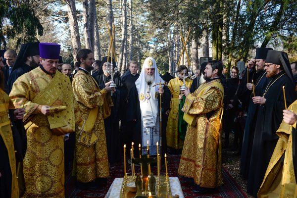Патриарх Кирилл помолился о соотечественниках, погребенных во Франции