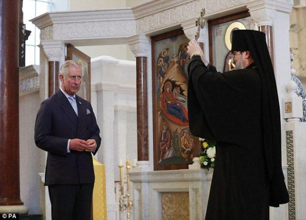 Британский принц Чарльз поцеловал православный крест влондонском монастыре