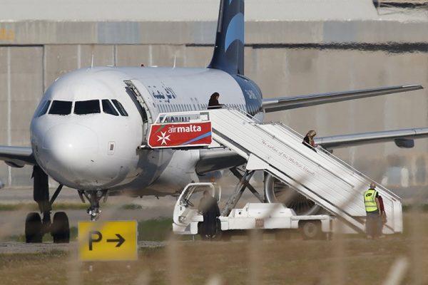 Угонщики ливийского пассажирского самолета начали отпускать заложников