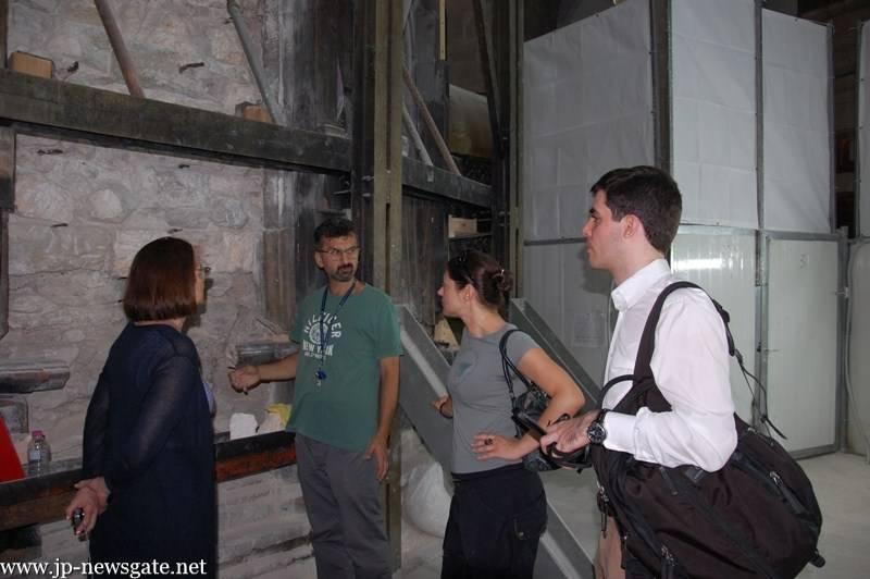 Археологи и реставраторы представляют реставрационные работы представителям Всемирного фонда памятников