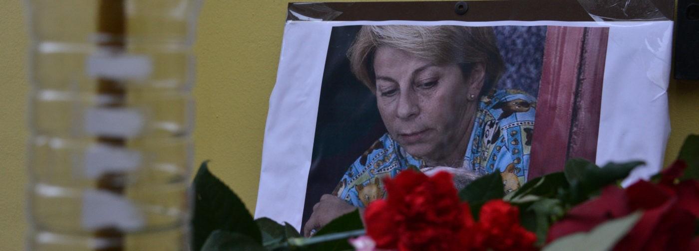 Цветы и слезы у офиса доктора Лизы (фото)