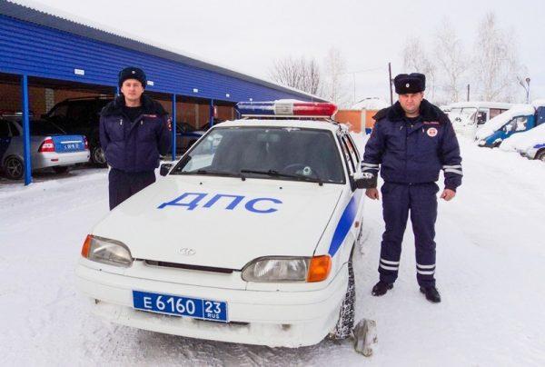 Сотрудники ДПС нырнули в ледяную воду ради спасения пожилой пары