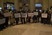 Русскоязычные канадцы спели «Хотят ли русские войны?» на вокзале в Торонто