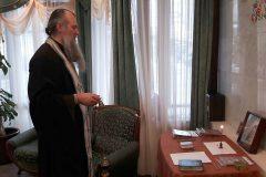 Священники поддерживают родственников погибших в авиакатастрофе Ту-154