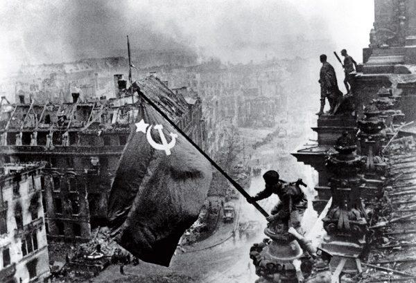 Евгений Халдей. Знамя победы над Рейхстагом. 1945.