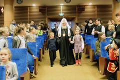 На Рождественской елке Патриарх Кирилл подарил специальные коляски детям-инвалидам