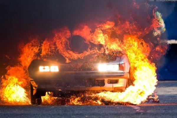 В Екатеринбурге спящего таксиста спасли из загоревшегося авто
