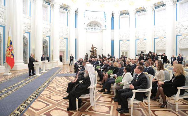 Владимир Путин вручил госнаграды