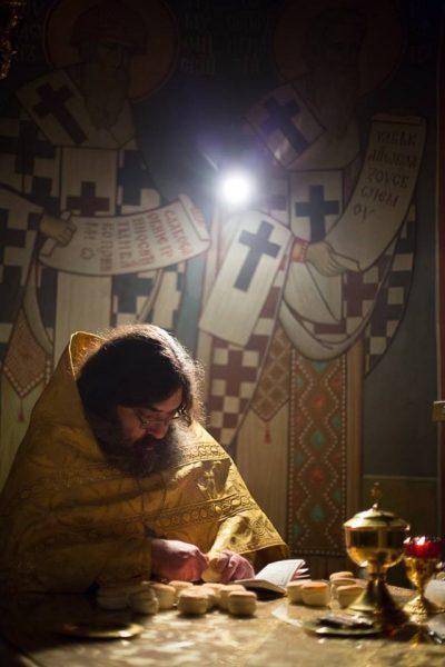 Иеромонах Феодорит (Сеньчуков) на службе. Фото: Высоко-Петровский монастырь / Facebook