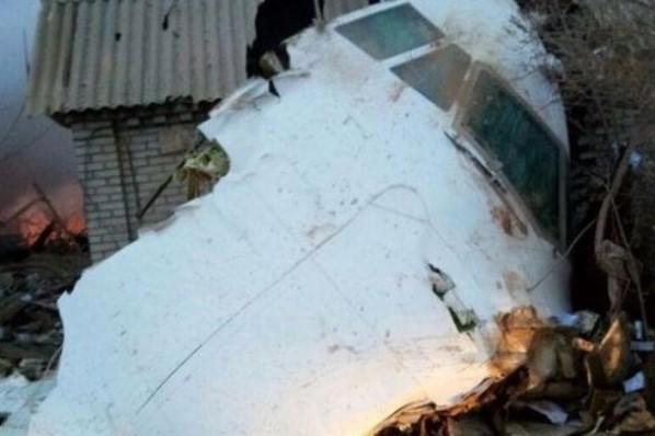 Более 30 человек погибли при падении грузового самолета на поселок в Киргизии