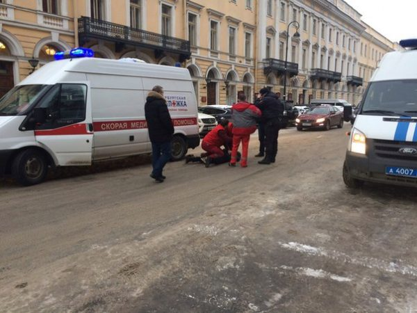 В Петербурге водитель набросился с ножом на бригаду «скорой»