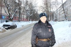 В Саранске полицейский спас мужчину, заснувшего в загоревшемся автомобиле