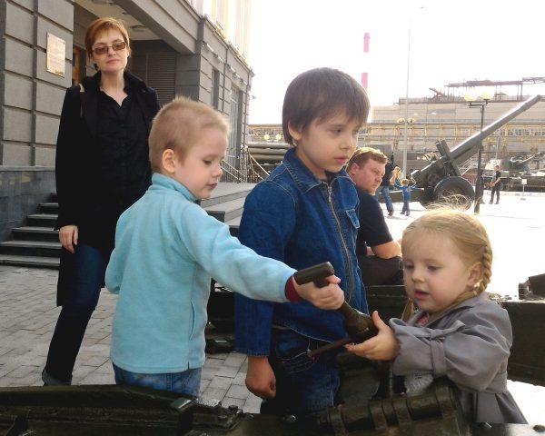 Дети и Анна