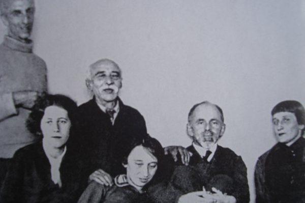 Сзади слева направо: Александр Мандельштам (брат), Эмилий Мандельштам (отец). Спереди слева направо: Мария Петровых, Надежда и Осип Мандельштамы, Анна Ахматова. Зима 1933-34 гг.