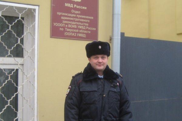 Полицейский в Твери спас пенсионерку из горящей квартиры