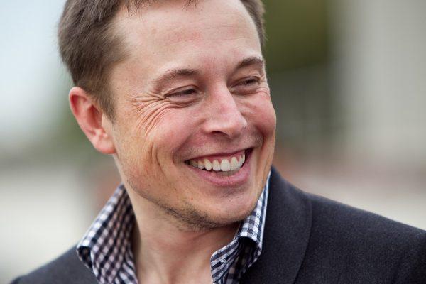 Илон Маск поручил отремонтировать Tesla человеку, спасшему другого водителя