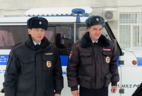 Омские полицейские спасли из горящего дома трех человек