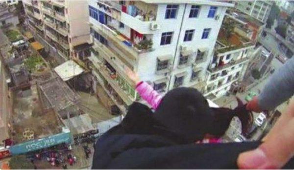 В Китае муж спас жену от падения с крыши, поймав ее за волосы