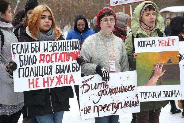 Митинг против закона о декриминализации семейных побоев собрал 100 человек
