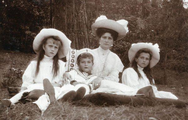 Императрица Александра Феодоровна с кнажной Марией, Анастасией и царевичем Алексеем. 1909 г.