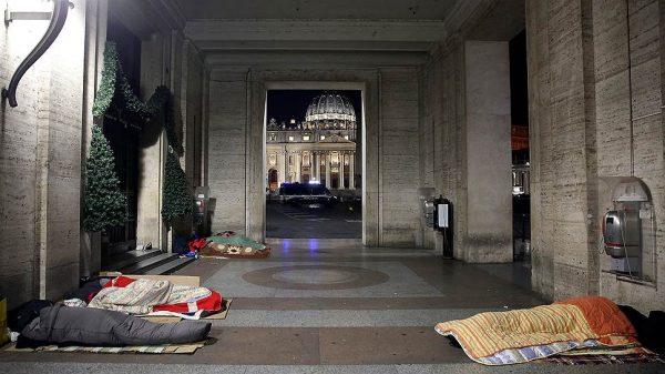 """""""Не все бездомные Рима пришли сюда, некоторые оставались на улицах. Поэтому мы ходили по городу и раздавали им спальные мешки и одеяла"""" Фото: Stefano Rellandini, Reuters"""