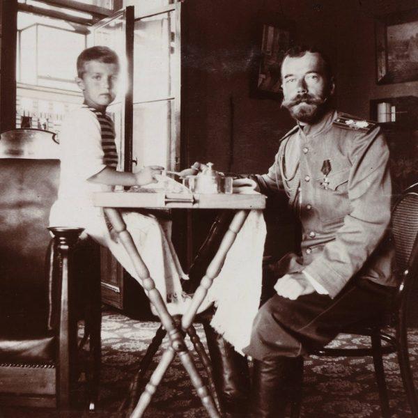 Царевич Алексей с императором Николаем. 1910 год