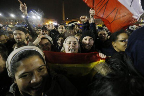 Люди радуются белому дыму из трубы Сикстинской капеллы в день избрания Папы Франциска. Фото с сайта photo-day.ru.
