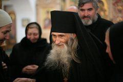 Патриарх Кирилл наградил орденом своего духовника