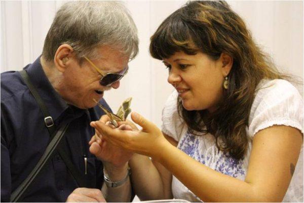Российских соцработников начали обучать азбуке для общения со слепоглухими