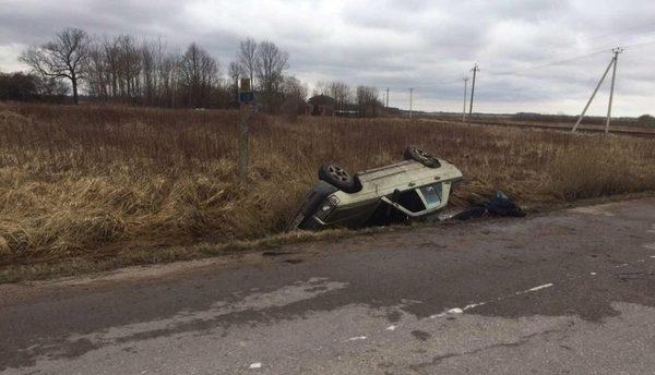 Мужчина погиб, спасая жену и ребенка из перевернувшейся машины