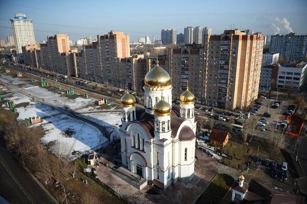 Патриарх Кирилл освятил новый храм в Москве и вручил знак храмостроителя Владимиру Потанину