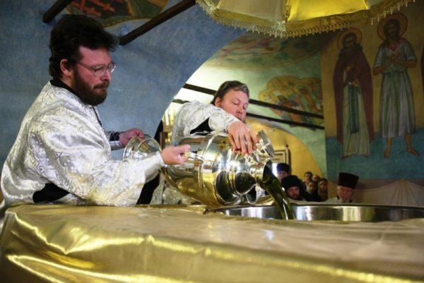 Церковь начала варение мира