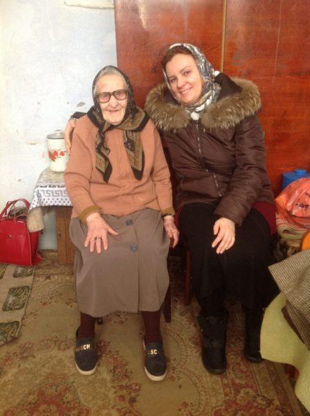 Клавдия Дмитриевна с волонтером