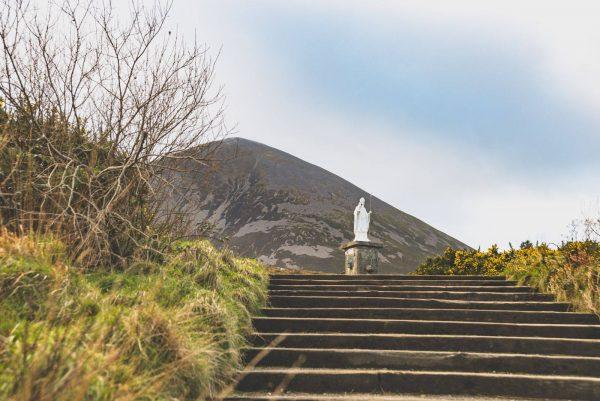 Памятник святому Патрику на горе в Ирландии. Фото: LeBrvn Photography / Facebook