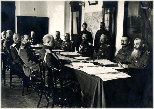 Император Николай II и командующие фронтами на заседании Ставки. 1916 год