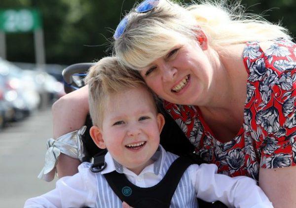 Ной с мамой. Фото: newcastle chronicle