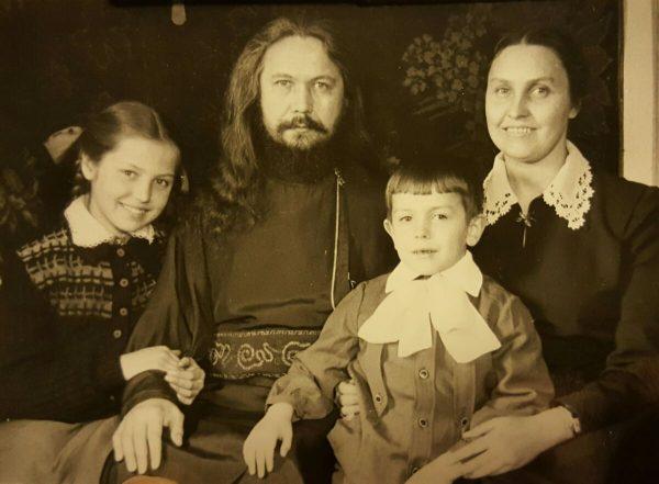 Отец Виктор, матушка Мария Борисовна, Алеша и Лиза. Из архива Елизаветы Викторовны Шиповальниковой