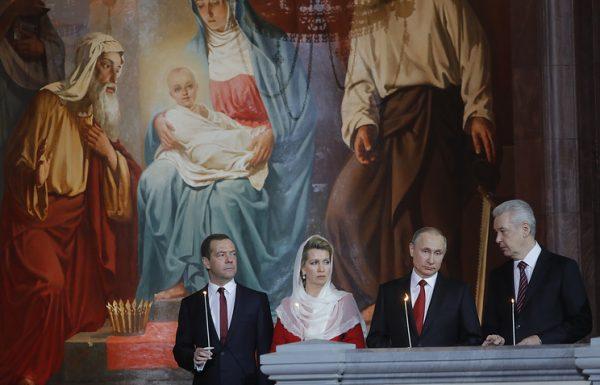 Путин и Медведев встретили Пасху с прихожанами Храма Христа Спасителя
