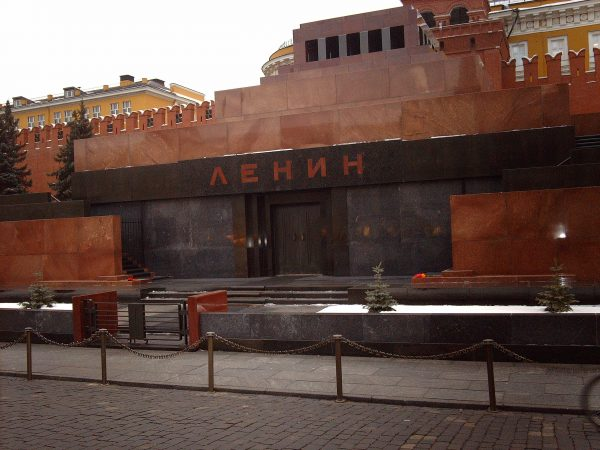 Большинство россиян поддержали идею захоронения Ленина