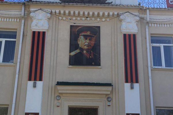 Портрет Сталина установили ко Дню Победы в центре кубанского Белореченска