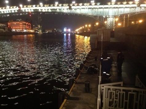 Мужчина прыгнул с моста в Москву-реку, чтобы спасти девушку