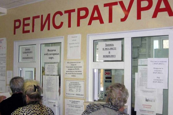 Женщина умерла в очереди к врачу в Смоленской области