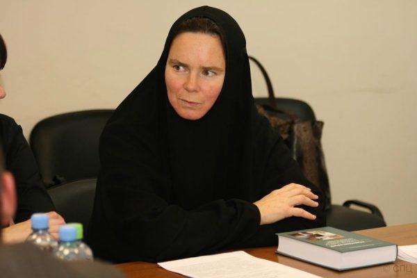 Игумения Ксения (Чернега): принятый в Чечне закон о хиджабах нуждается в корректировке