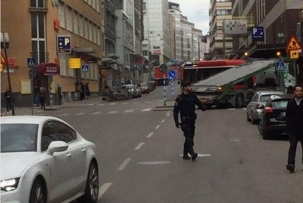 В центре Стокгольма грузовик врезался в толпу прохожих