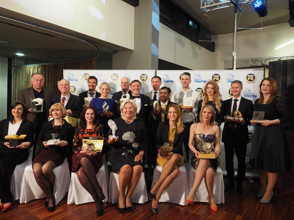 Елена Зелинская получает приз конференции PRO.PR. Фото: Анна Зелинская