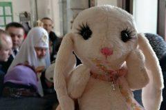Прихожане московского храма подарили Патриарху пасхального кролика