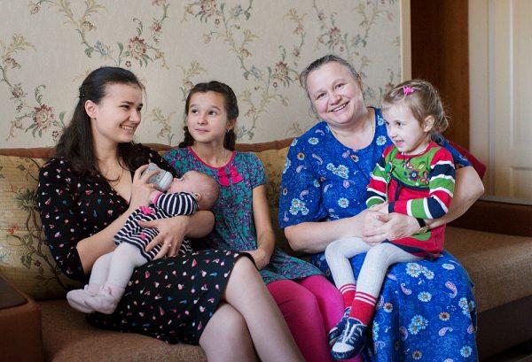 Матушка Галина Соколова с детьми. Фото: Юлия Маковейчук