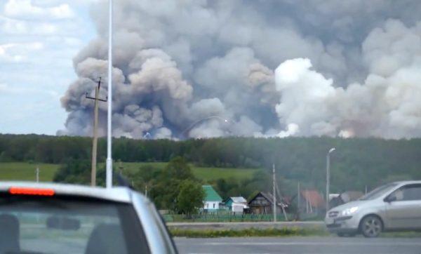 Пожар на складах воинской части в поселке Урман. Скриншот YouTube